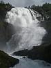 Tren entre Flam y Myrdal hace una parada en esta impresionante cascada. La mujer al pie de la misma descubre sus proporciones