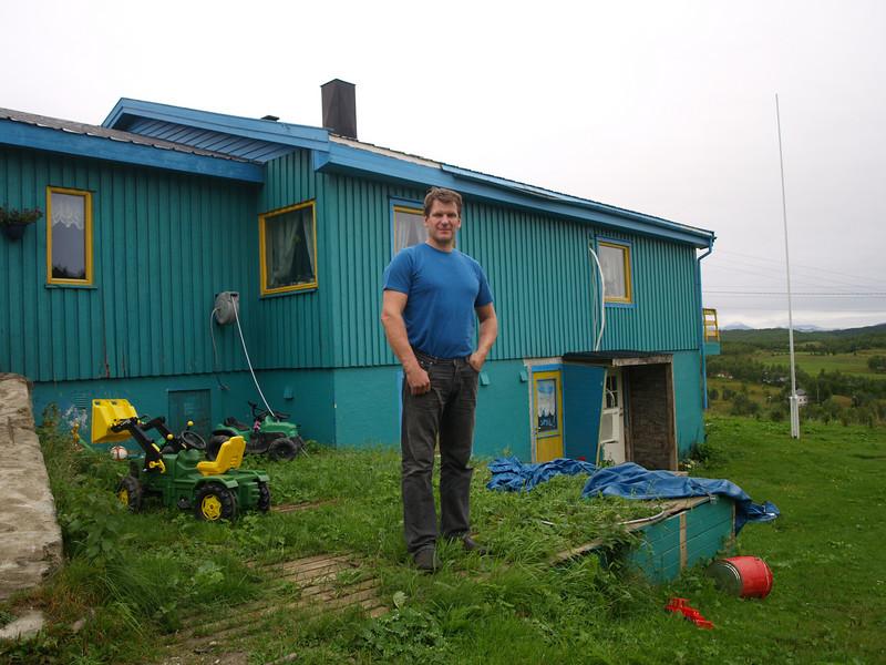 Svein, un noruego productor de vacas y de casi dos metros de altura. Nos recogió haciendo autostop y acabamos cenando con su familia un buen plato de ternera con salsa de champiñones cocinado por él.