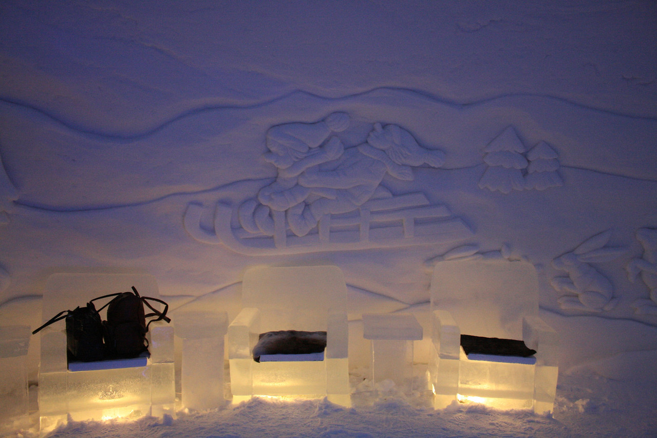 In the evening we stay at the Snow hotel. This is in the lobby.