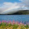Regenbogen über dem Stønnesbotn Fjord
