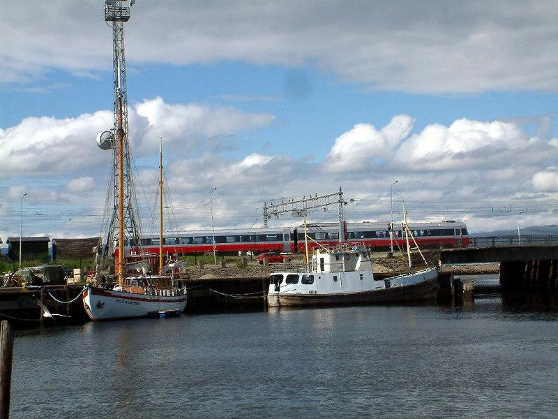 Sailing vessel Willie Wilhelmsen and commuter train in Trondheim