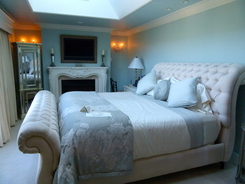 A luxurious room at Cameo Heights Mansion Bed and Breakfast