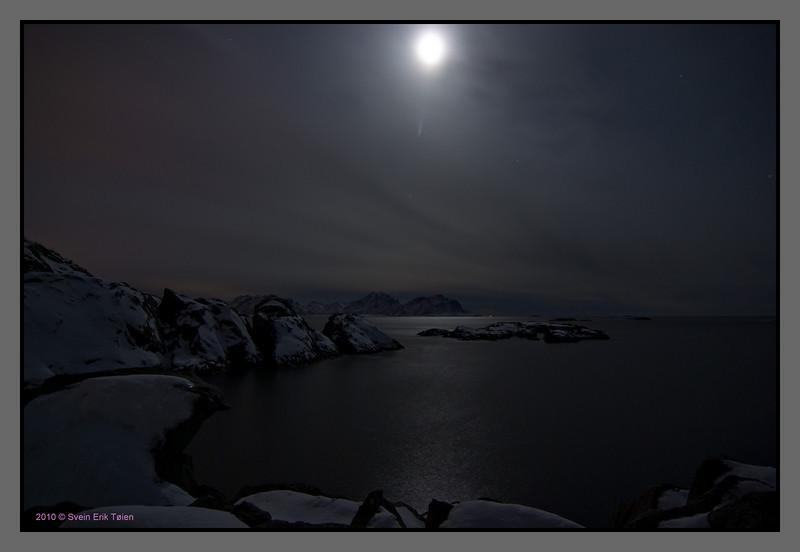 Moon over sea and rock, Nyksund