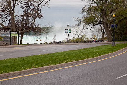 NIAGARA PARKWAY WITH HORSESHOE FALLS IN THE BACKGROUND