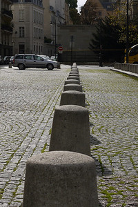 A nicely out of line row of bollards. Typically Parisian, similar but never conforming.