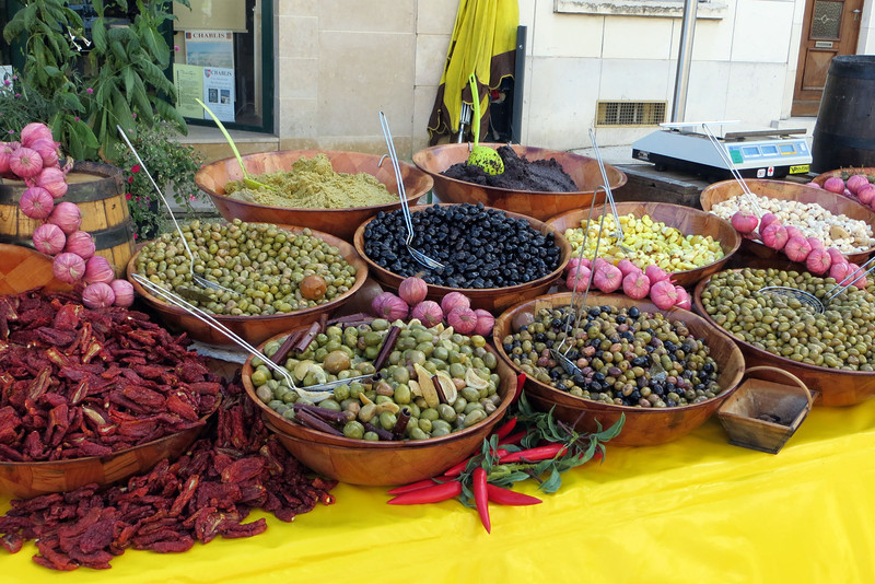 What a beautiful display of chilis, olives and garlic!
