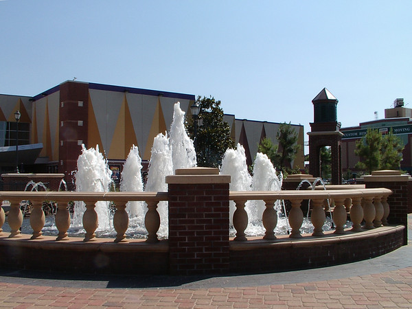 <br><br><font size=3>The fountain near the main plaza.</font>