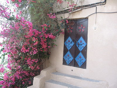 Door and bourgavillea in Mizfat al Abreyeen