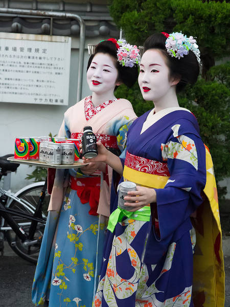 Two maiko offer refreshments for the shine bearers