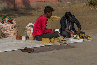Setting up shop near Jal Mahal.
