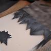 用熱溶膠將紙片尾端黏上,前端不要黏
