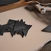 將黑色紙片噴上灰色的噴漆(不要太均勻),剪成三角形