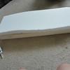 將海綿對半剪開並在前頭剪出圓形<br /> 將硬水管黏在中間(最好買長一點,我買太短所以整把刀很軟),用強力膠帶將棍子黏住再用熱溶膠固定,然後用色溶膠將海綿年起來
