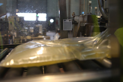 Through the window, Chardonnay is injected into the bag ...
