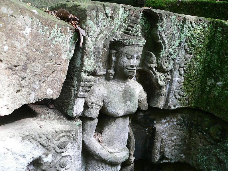 Bas relief en route to Ta Prohm Temple.