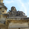 The carvings by Grinling Gibbons, atop each side column, show the Lion of England triumphantly munching on the Cockerel of France.