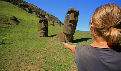Moai bij hun oorsprong: de vulkanische steengroeve van Rano Raraku. Paaseiland (Rapa Nui), Chili.