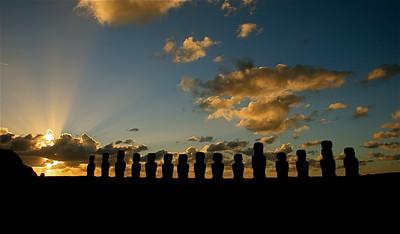 Zonsopkomst bij Ahu Tongariki. Paaseiland (Rapa Nui), Chili.