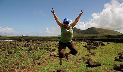 Uit de reeks: 'Jump!' Ahu Tongariki en Rano Raraku. Paaseiland (Rapa Nui), Chili.