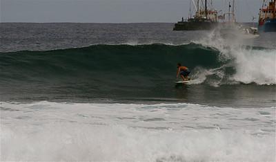 Surfen in de golven van Bahia de Cook. Paaseiland (Rapa Nui), Chili.