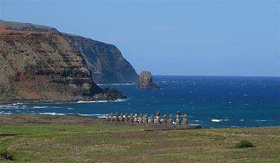 Ahu Tongariki vanaf Rano Raraku. Paaseiland (Rapa Nui), Chili.
