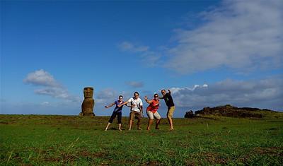 Ozzie-fun met Tony & Karina @ Ahu Akapu, Hanga Kio'e (onze privé-moai). Paaseiland (Rapa Nui), Chili.