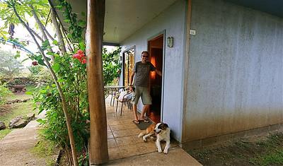 Ons bungalowtje en huishond Jackie in Hostal Akapu. Paaseiland (Rapa Nui), Chili.
