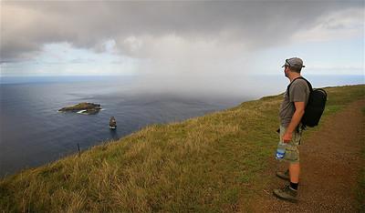 Regengordijn bij de eilanden Moto Iti en Moto Nui. Paaseiland (Rapa Nui), Chili.
