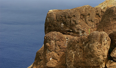 Vogelman-petroglyfen in Orongo Ceremonial Village. Paaseiland (Rapa Nui), Chili.