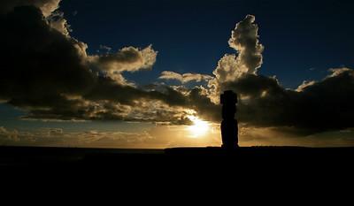 Zonsondergang bij Ahu Ko Te Riku. Paaseiland (Rapa Nui), Chili.