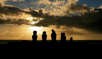 Zonsondergang bij Ahu Vai Uri. Paaseiland (Rapa Nui), Chili.