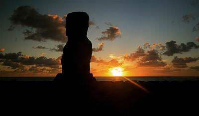 Zonsondergang bij Ahu Akapu, Hanga Kio'e (onze privé-moai). Paaseiland (Rapa Nui), Chili.