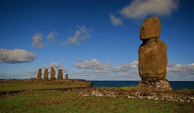 Ahu Tahai Complex. Ahu Vai Uri (links), Ahu Tahai (rechts). Paaseiland (Rapa Nui), Chili.