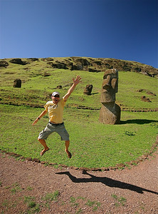 Uit de reeks: 'Jump!' Moai bij hun oorsprong: de vulkanische steengroeve van Rano Raraku. Paaseiland (Rapa Nui), Chili.