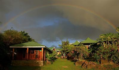 Regenboog over Hostal Akapu. Paaseiland (Rapa Nui), Chili.