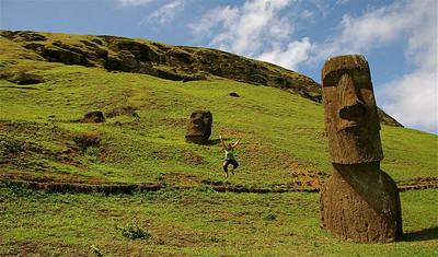 Uit de reeks: 'Jump!' Moai bij Rano Raraku. Paaseiland (Rapa Nui), Chili.
