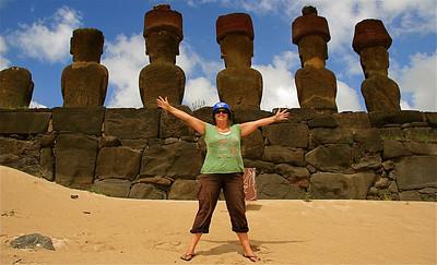 Zo blij met m'n blauwe helm. Zo blij op Paaseiland. Ahu Nau Nau @ Anakena Beach. Paaseiland (Rapa Nui), Chili.