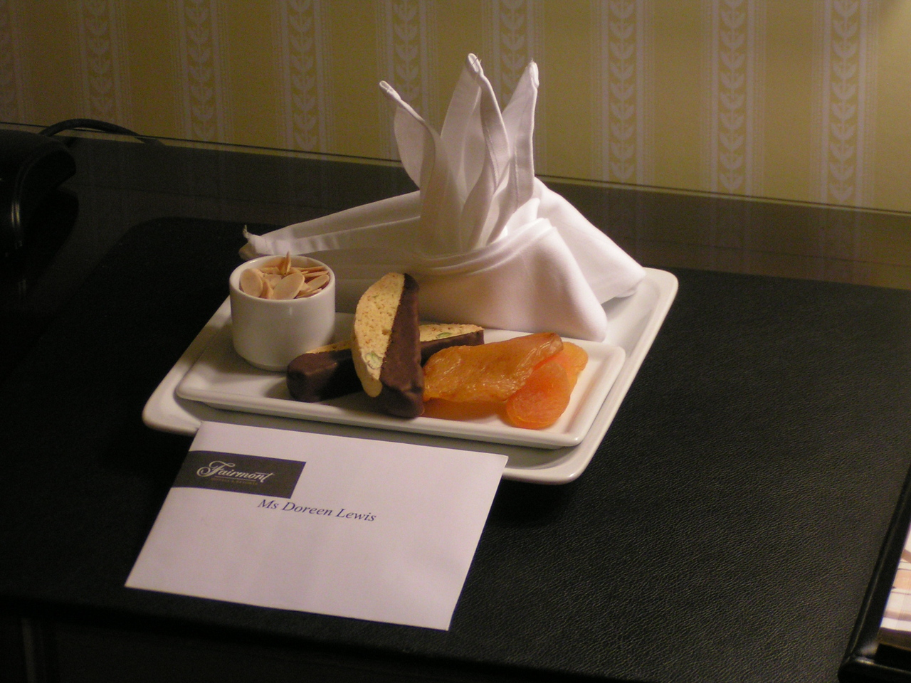 A tasty snack and a welcoming note await us in our suite.
