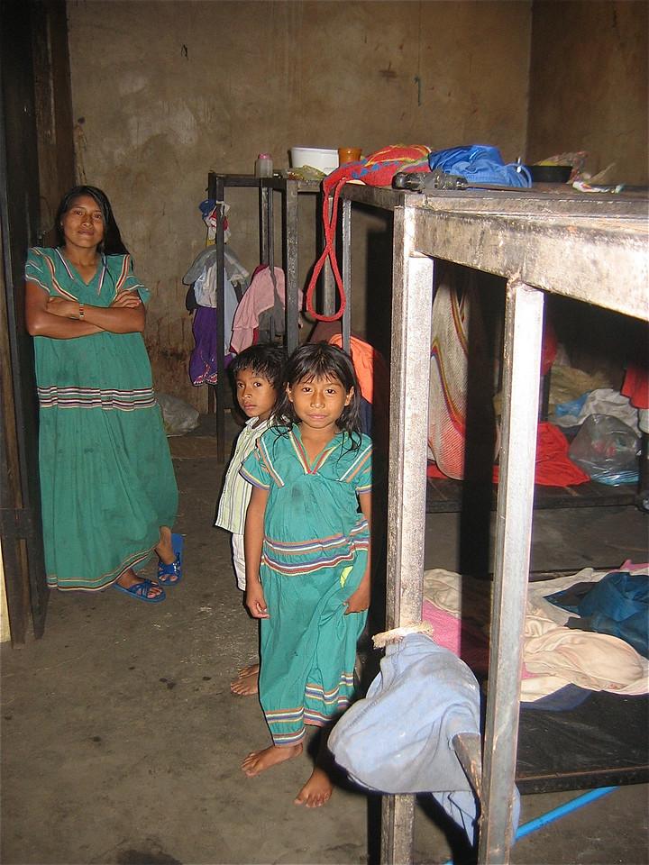 Welkom in ons huis.  Nora woont samen met haar ouders en broertje in deze ruimte van 2x5m. Boquete, Panama.
