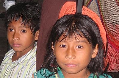 Nora en haar broertje. Boquete, Panama.