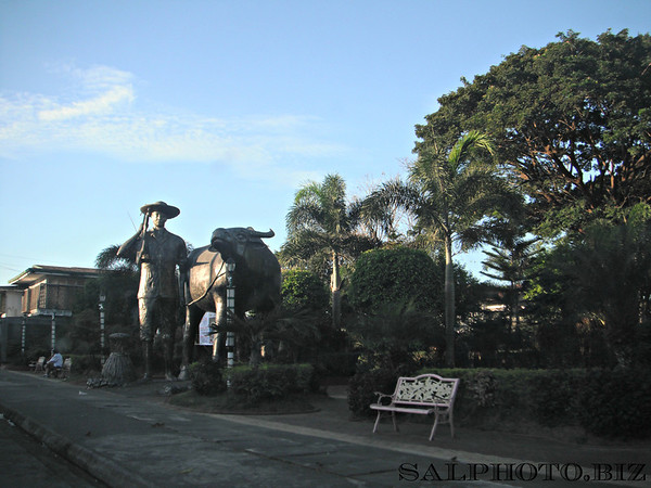 Giant sculpture of farmer & carabao-Bugallon, Pangasinan ...http://www.panoramio.com/photo/34061642 is