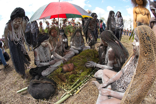 Dead body and mourners of South Chimbu