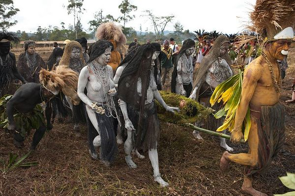 The Chimbu mourning women start their procession to the arena