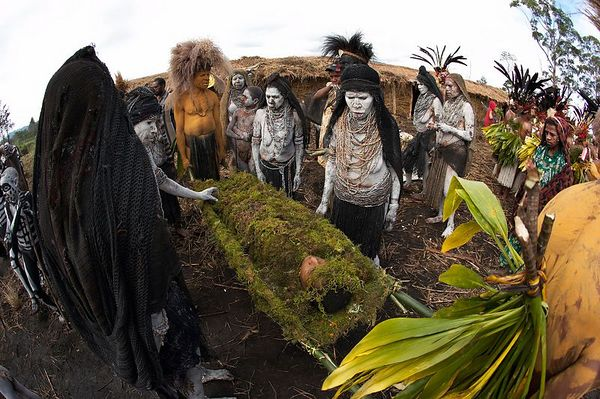 Chimbu women take up a ghostly wail as they mourn for a dead boy