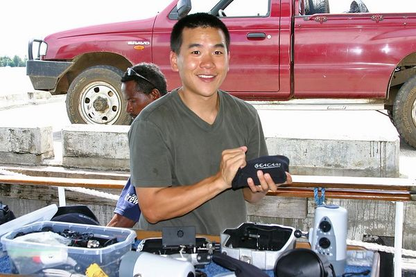 Eric Cheng sets up his underwater camera (photo: Dave Patchen)