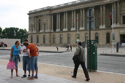 Louvre'i ees kaarti uurimas
