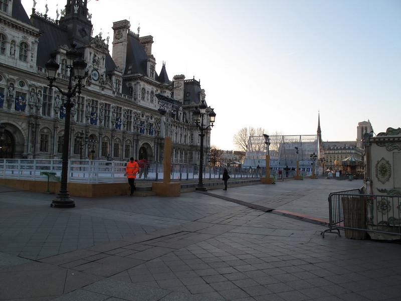 Ice skaters in front of Hótel de Ville