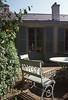 019  Maison de Balzac, tuinstoeltje en gevel in tuin