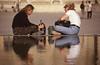 016  Binnenplaats Louvre, twee vrouwen grijpen in tas