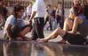 018  Binnenplaats Louvre, twee vrouwen epileren benen